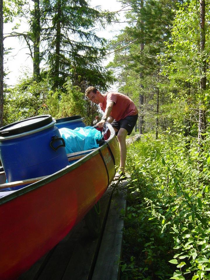 10 Het was hier vooral zaak om de kano recht op het smalle plankenpad te houden (Rosa)