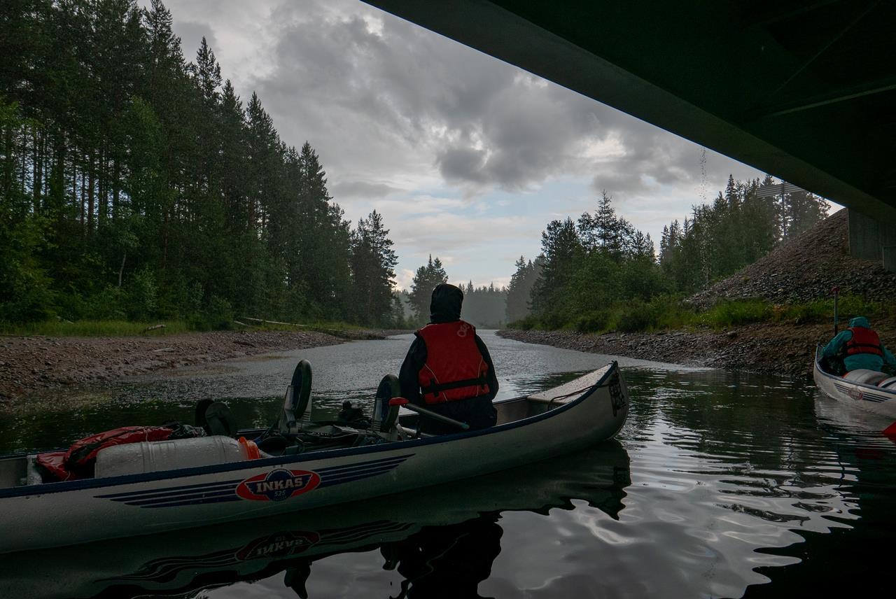 Hier hadden we het geluk te kunnen schuilen voor de enige echte regenbui onder de enige brug die we tegen zouden komen (Bas Wetter)
