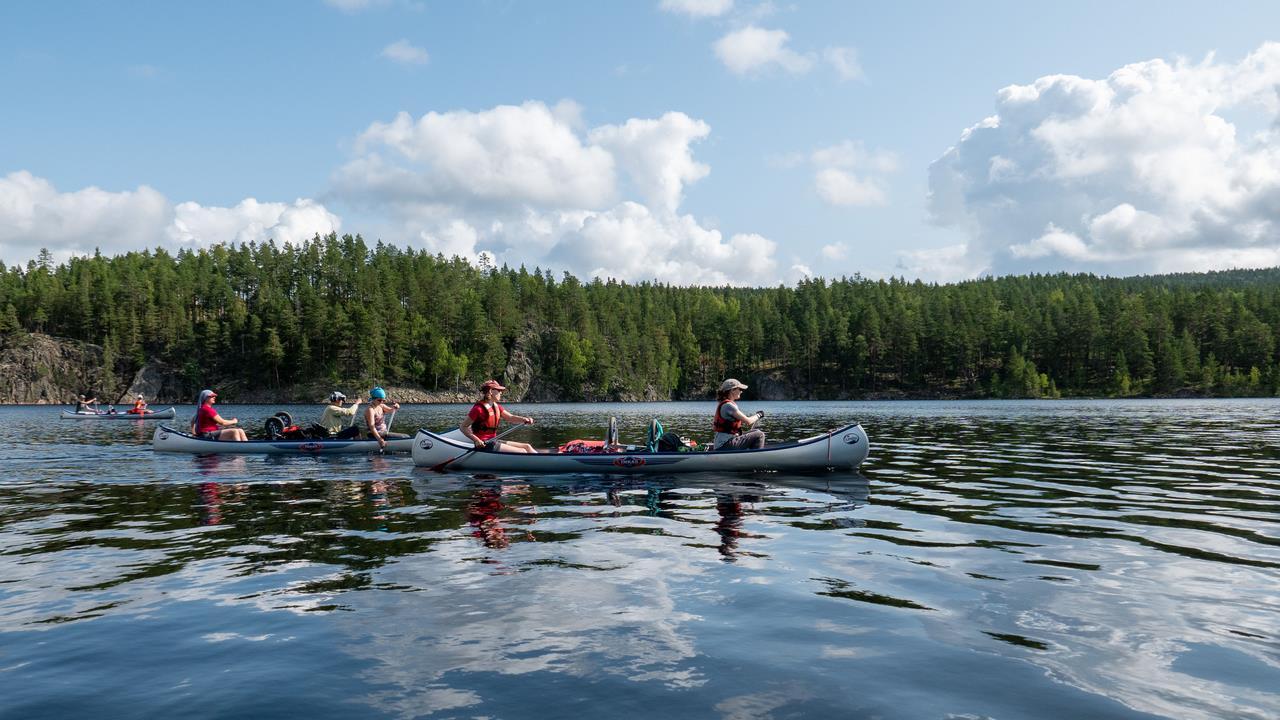 Na de rustdag kanoën we verder het meer af (Bas Wetter)