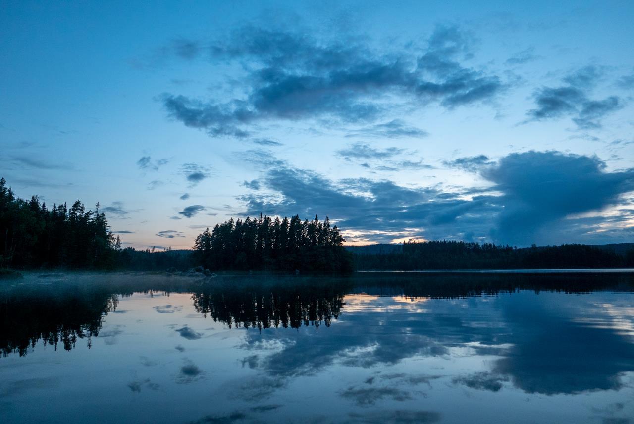 Na zonsondergang nog even het water op om van de rust te genieten en een plaatje te schieten van ons eiland (Bas Wetter)