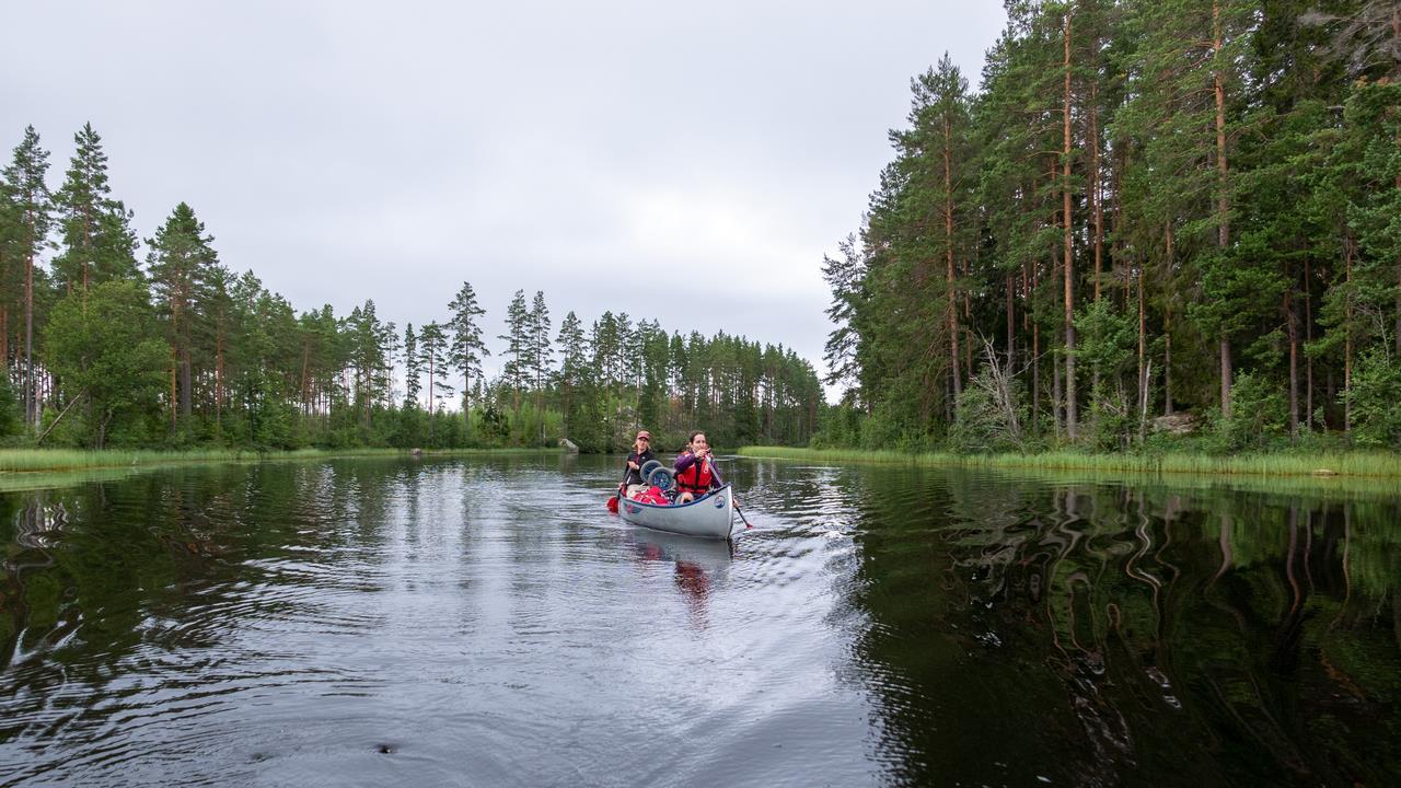 We kanoën hier over een prachtig stuk van een rustige rivier (Bas Wetter)