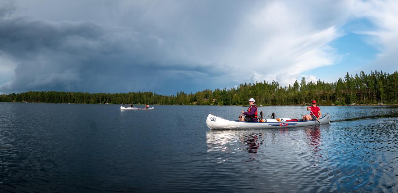 We ontsnappen aan de regenwolken en kanoën rustig verder (Bas Wetter)