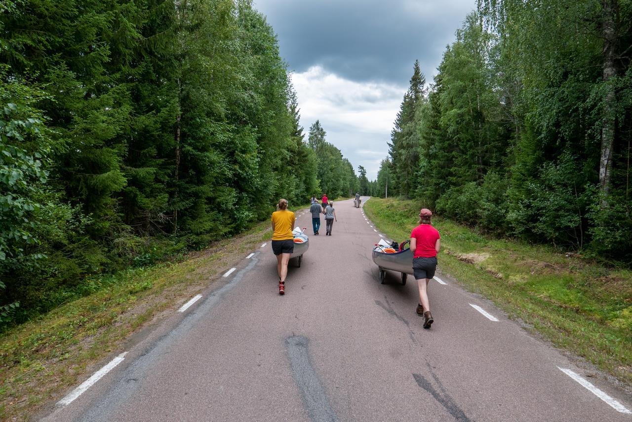 Weer een landtransport over een rustige weg (Bas Wetter)