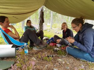 Als het regent of hard waait zetten we de tarp op om onder te schuilen (Annemieke)