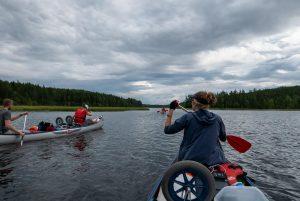 De laatste dagen van onze kanotocht over de Harkan stroomt de rivier langzamer maar is de trektocht niet minder mooi (Bas Wetter)