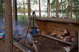 Een typisch shelter in Scandinavie is meestal wat dieper maar er ligt zoals hier meestal wel een vuurplaats voor (Bas Wetter)
