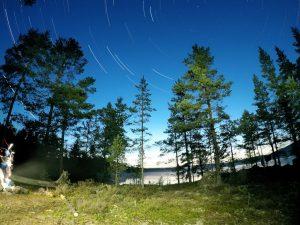 Het wordt in Värmland net donker genoeg om startrails op te nemen (Bas Wetter)