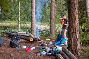 Lekker eten en wildkamperen gaan uitstekend samen op een kanoreis, als niemand kijkt is het heerlijk het restje toetje... klik (Bas Wetter)