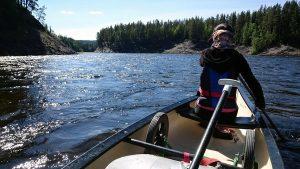 Met dit soort stroomversnellingen op de Harkan schiet het kanoën lekker op (LitsCamping.com)