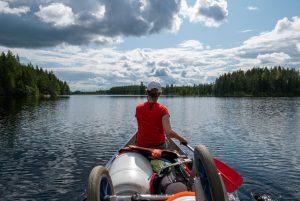 Met mooi weer kunnen je benen in de kano snel verbranden, zonnebrandcreme met een goede beschermingsfactor is dan belangrijk (Bas Wetter)