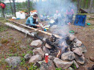 Ook tijdens het wildkamperen is het mogelijk een lekker toetje te bereiden, eventueel gebruik makend van Zweedse bosbessen (Annemieke)