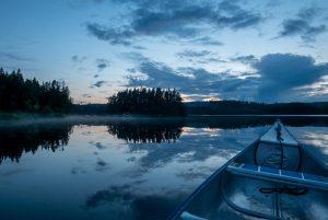 's Avonds nog even een klein rondje kanoën kan erg rustgevend zijn (Bas Wetter)