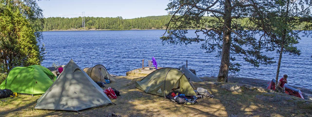 Verschillende tenten aan een meer in Zweden (Bas)